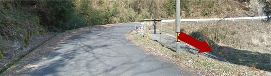 県道276号線から右折